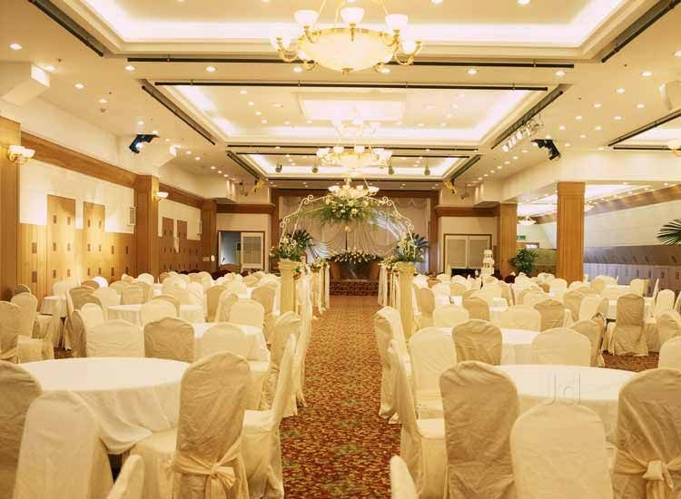 A Wedding M c Can Make Your Reception Great